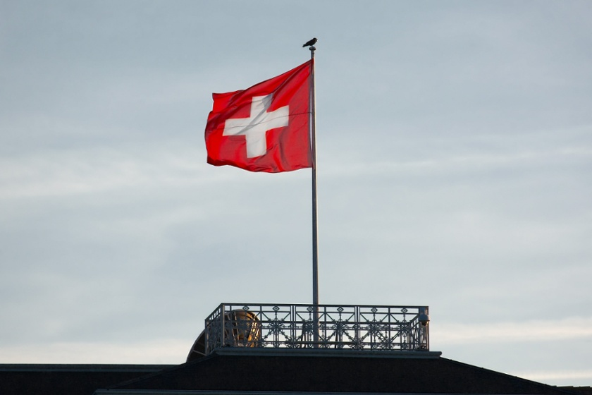 Swiss Flag in the wind - Investieren in der Schweiz
